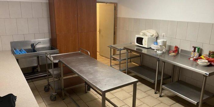 La salle de réception est équipée d'une office de cuisine avec vaisselle et chambre froide.