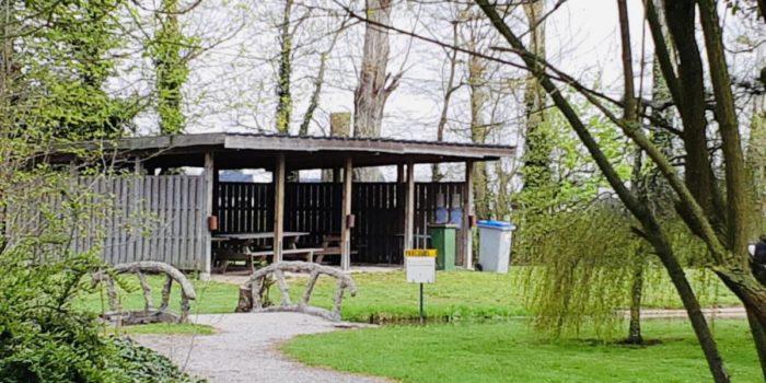 Chaque bassin de pêche est équipé d'un abri avec tables, bancs et barbecue.