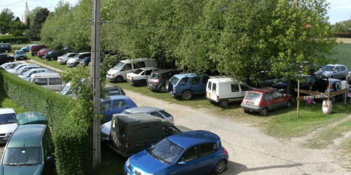 L'étang du Moulin Bleu met à votre disposition un vaste parking à l'entrée du parcours de pêche.